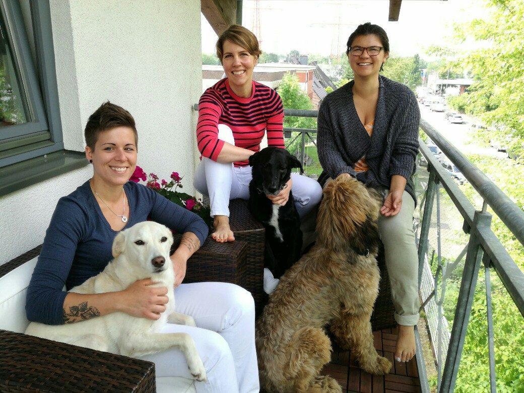 Geburtstag Gruppenfoto auf dem Balkon Jana, Mirja, Nadine mit Hunden